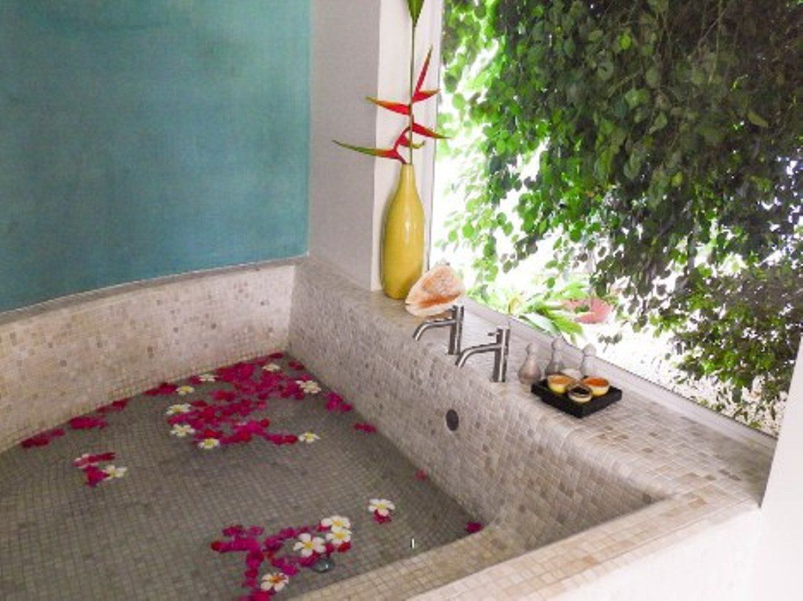 8_Grand_Tour_Room_-_Oversized_Tub_overlooking_a_Private_Garden